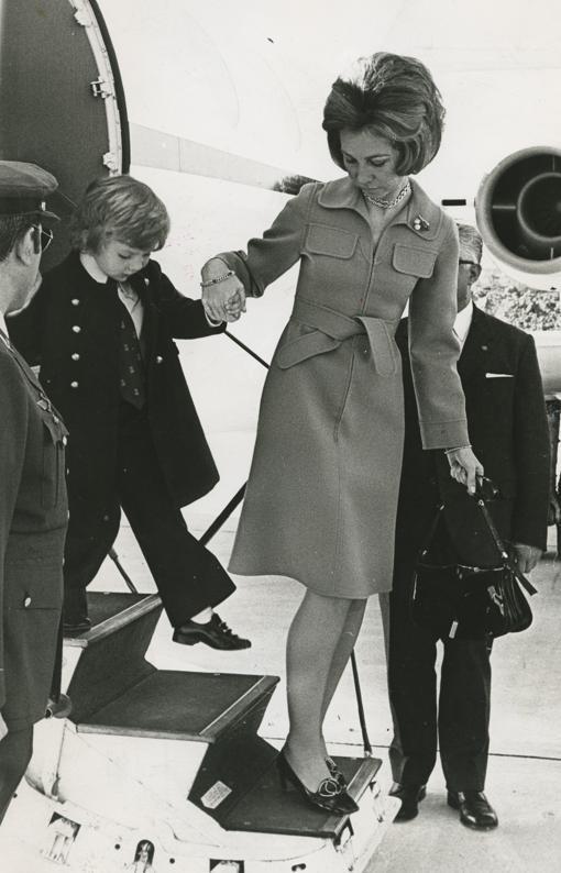 Don Felipe, a los cinco años, con su madre, Doña Sofía, a su llegada a Santa Cruz de Tenerife en marzo de 1973