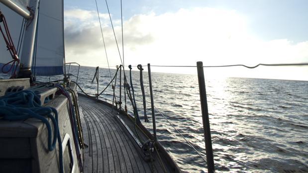 Conviene situarse en el centro de la embarcación y mirar al horizonte