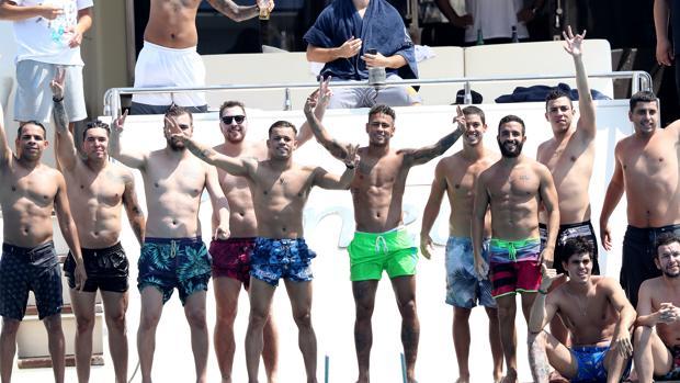 Neymar, rodeado de su legión de amigos, a borde del yate «Ginevra», en Saint Tropez