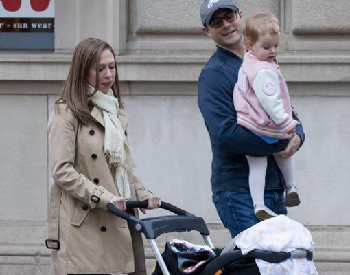 Chelsea Clinton junto a su marido y sus dos hijos