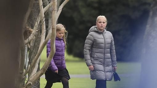 Amalia y Ariane, dos de las princesas de Holanda, durante el entierro