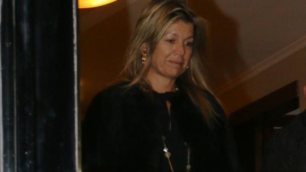 La reina a la salida de la casa familiar en Buenos Aires, poco después de la muerte de su padre
