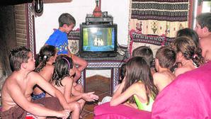 Niños de la localidad de Tocón ven por primera vez la televisión