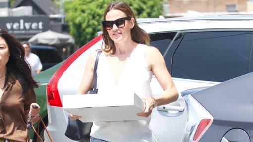 Garner llega al festejo con una tarta de cumpelaños en las manos