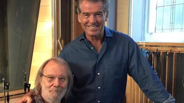 Pierce Brosnan junto al compositor Benny Andersson