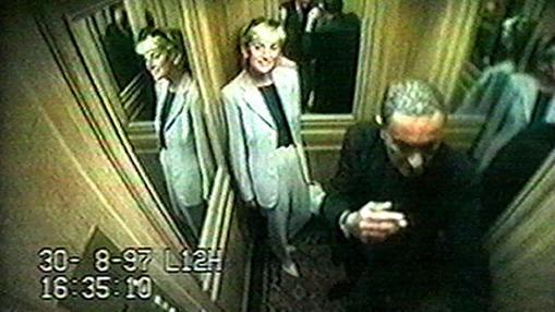 Lady Di y Dodi Al Fayed, en el ascensor del hotel Ritz