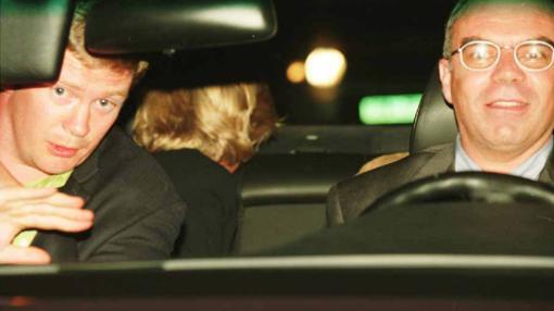 El guardaespaldas de los Al Fayed, Trevor Rees-Jones, el conductor, Henri Paul, y Diana, en el coche, minutos antes del accidente