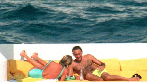 Lady Di y Dodi Al Fayed se broncean en el yate de la familia Al Fayed, en Portofino
