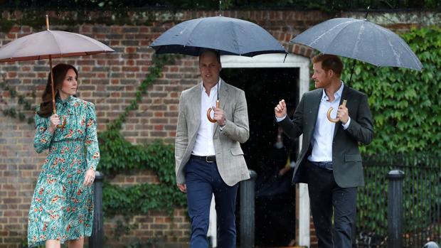 Los Duques de Cambridge y el Príncipe Enrique, el miércoles en Kensington