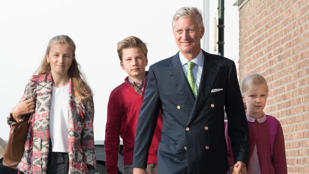 Los príncipes Elisabeth, Gabriel y Éléonore junto a su padre el Rey de los belgas