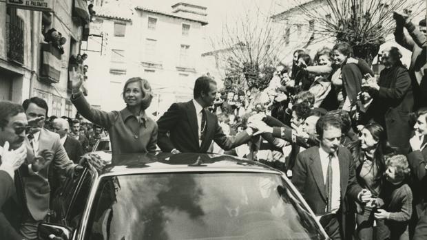 Los Reyes de España, Don Juan Carlos y Doña Sofía, saludan desde un automóvil descubierto a los vecinos de Sigüenza