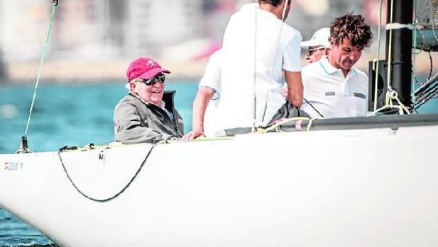Don Juan Carlos, ayer en Sanxenxo, durante la regata que lleva su nombre