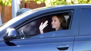 La Reina Letiz saluda a los fotógrafos a su entrada en el colegio