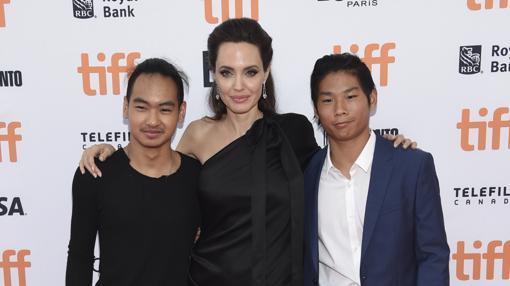 Jolie con dos de sus hijos