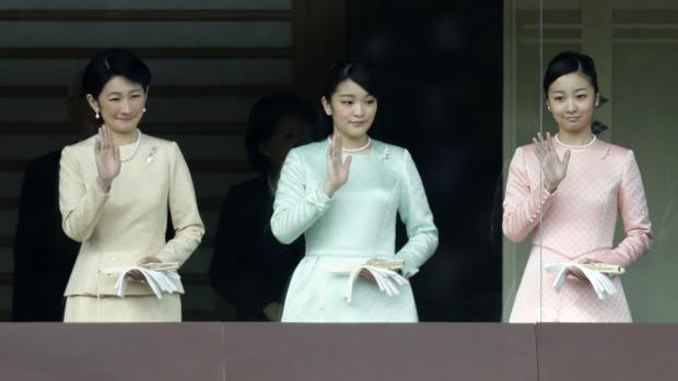 La princesa Kako (izquierda), junto a su hermana Mako y su madre Kiko