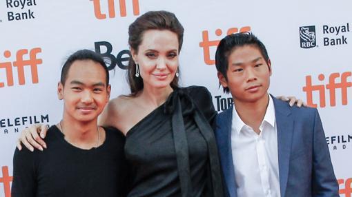 La actriz junto a sus hijo Maddox y Pax Jolie Pitt durante la premiere de «First They Killed My Father»