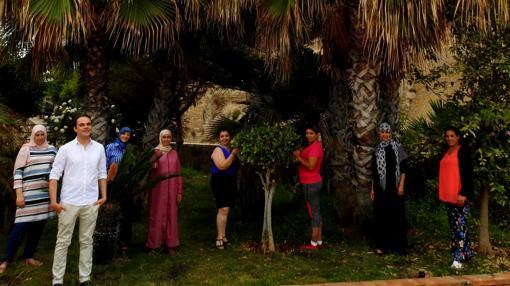 El diseñador con las mujeres de la colección «Lal La Buya»