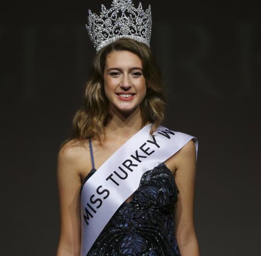 Itir Esen destronada de su título de Miss Turquía