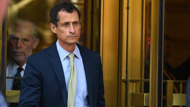 El excongresista demócrata Anthony Weiner, ayer, a su salida del tribunal federal en Manhattan