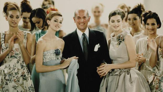 Fotografía de 1995 cedida por el Museo de Bellas Artes de Houston, que muestra al diseñador Óscar de la Renta rodeado por varias de sus modelos