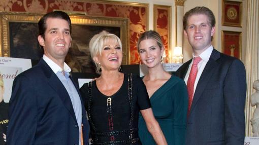 Ivana Trump junto a sus tres hijos