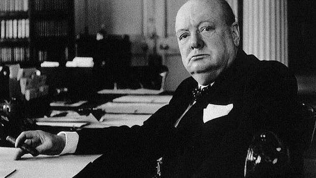 Winston Churchill, fumando un puro en su despacho