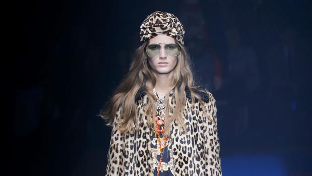 Una modelo durante un desfile de Gucci