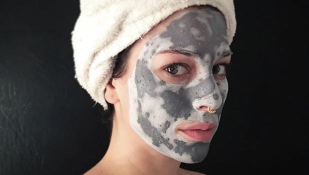 Blanca Suárez con una mascarilla de carbón