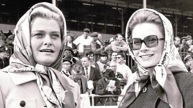 Grace Kelly y su hermana en unas carreras de caballos