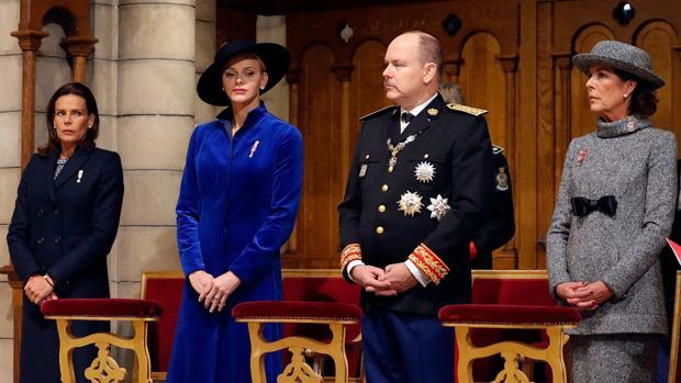 Las princesas Carolina y Estefanía de Mónaco junto a su hermano el príncipe Alberto y su mujer Charlene