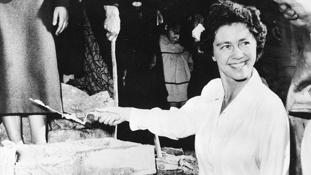 La Reina Federica en Grecia, en 1955, colocando la primera piedra de un hogar para niños