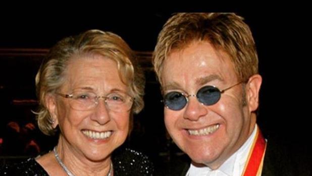 Elton John y su madre, Sheila Farebrother, fallecida este lunes a los 92 años