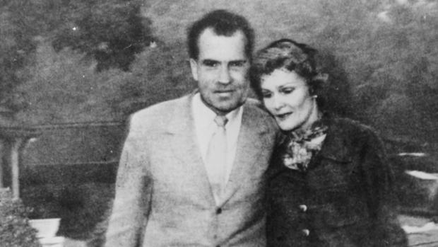 Los Nixon abandonan su casa de Bundy Drive entre llamas