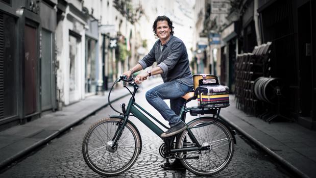 El artista, junto a la bicicleta que le ha proporcionado tantos éxitos