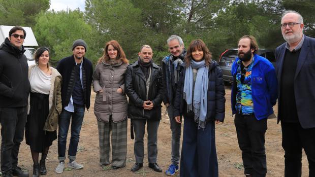 Juliette Binoche junto a su equipo