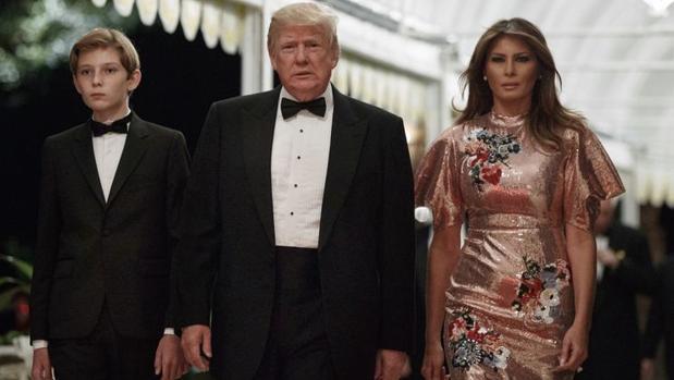 Donald Trump junto con su esposa Melania Trump y su hijo Barron