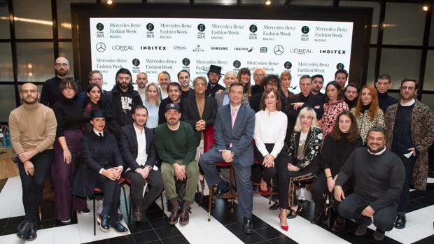 Foto de familia de los diseñadores y la dirección de la pasarela MBFWMadrid