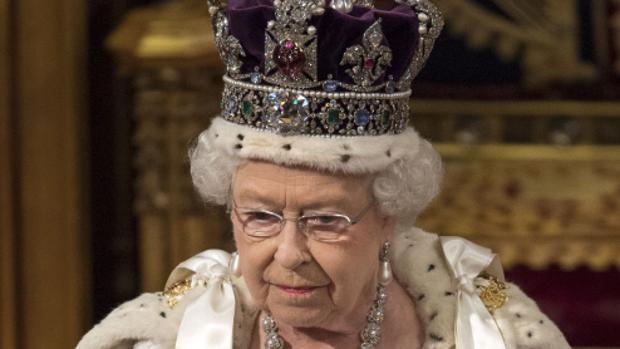 Isabel II luce la Corona del Estado Imperial