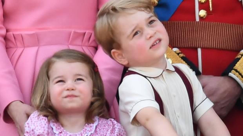Un carrito de juguete, piruletas y libros: los 90 regalos de Jorge y Carlota de Cambridge en 2017