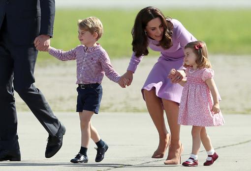 Los duques vigilan los regalos que llegan a manos de los príncipes Jorge y Carlota