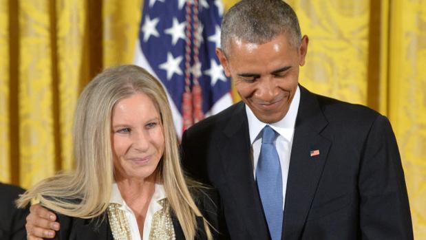Barbra Steisand junto al expresidente Barack Obama