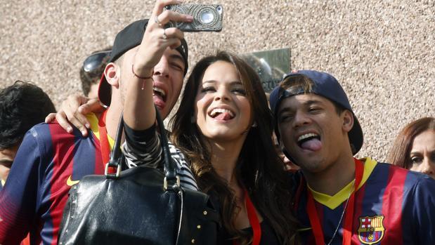 La actriz brasileña se saca un selfie con dos seguidores del FC Barcelona