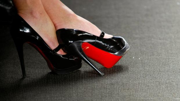 Louboutin deja de tener la exclusividad de la suela roja de sus zapatos 7ad22e65d0d