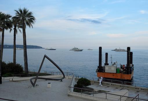 Una máquina de dragado en la bahía de Mónaco