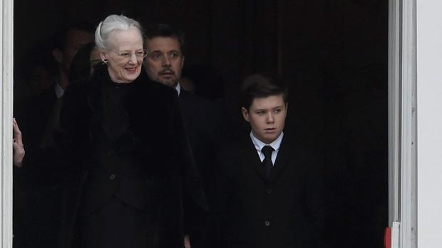 la Reina Margarita II junto a uno de sus nietos acompañan el féretro de su difunto marido