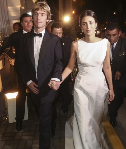 Los recién casados se dirigen a la cena de gala celebrada el sábado