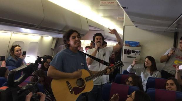 taburete sorprende a cientos de estudiantes con un concierto en