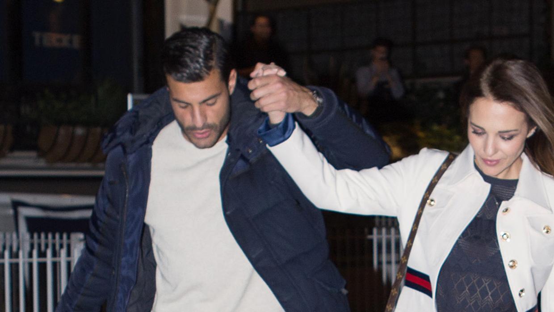 Paula Echevarría y Miguel Torres ya no se esconden  cena romántica y paseo  de la mano por Madrid afc90239b02