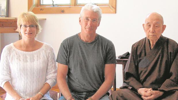 Anna Elias y Richard Gere junto a un monje budista
