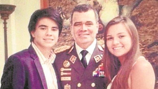 El ministros Vladimir Padrino López con sus hijos